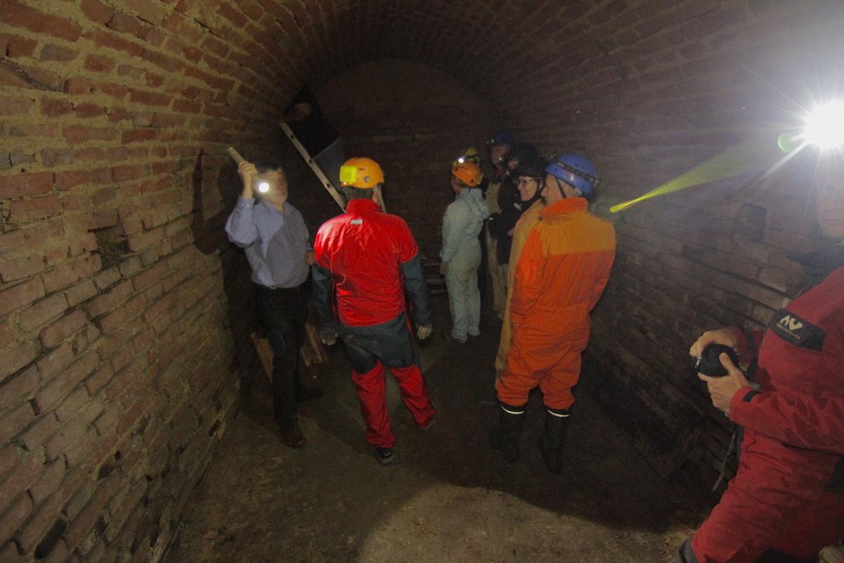 Offensichtlich wurde der Erdstall beim Bau des Kellers angeschnitten, der Zustieg erfolgt durch eine Öffnung im Ziegelgewölbe. Foto: J. Weichenberger