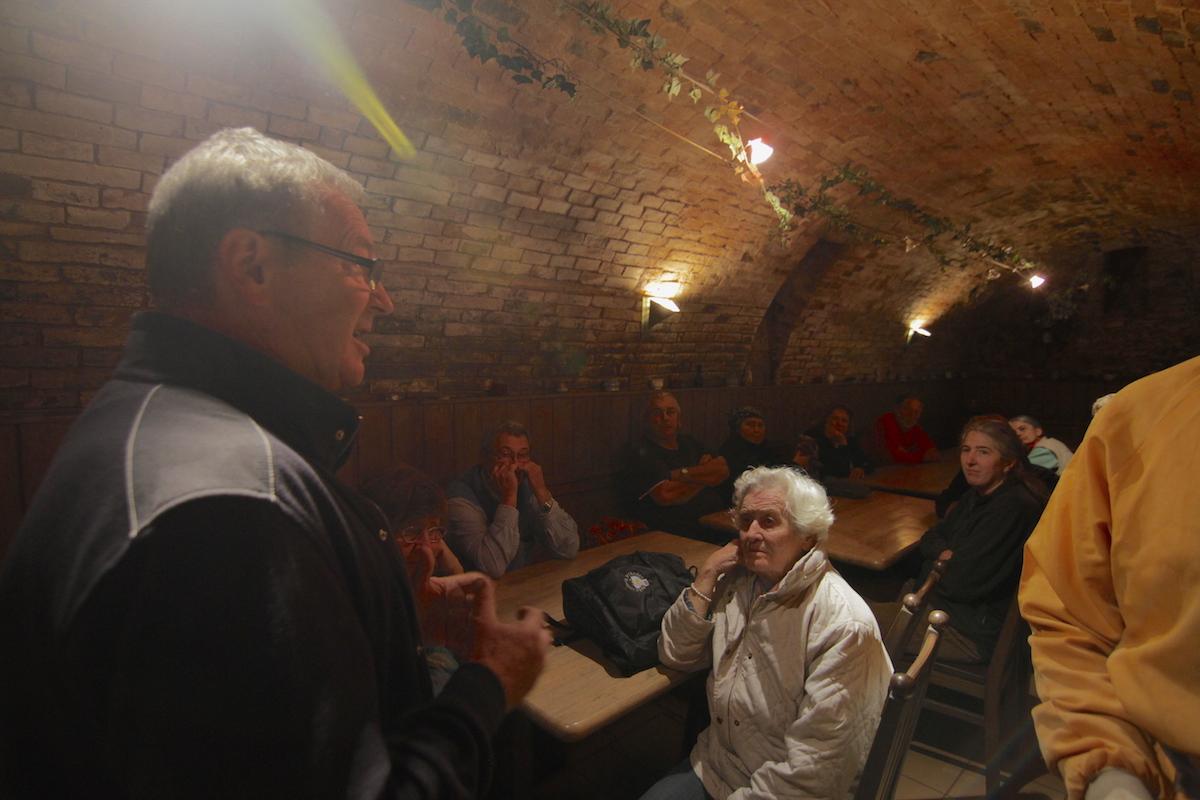 Gespannte Aufmerksamkeit bei den lebendigen Ausführungen von Hans Höller, bevor es im rückwertigen Teil des Kellers durch eine Bodenöffnung in die Unterwelt geht.