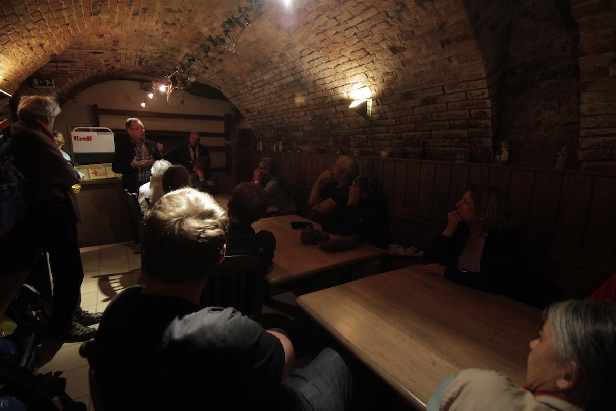 Im Keller des Gasthaus Wösner in Münzkirchen führt Hans Höller, der Heimatforscher und ehemalige Direktor der Hauptschule Münzkirchen, in die Geschichte des Erdstalles und des dazugehörigen Gasthauses ein.